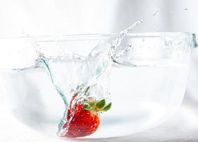 fresa salpicando agua foto