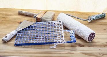 herramientas de pintura en una mesa foto