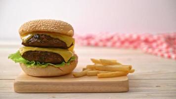 hamburguesas de ternera con queso y papas fritas video