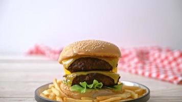 hambúrgueres de carne com queijo e batata frita video