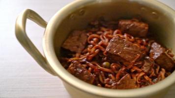 jjapaguri o chapaguri, frijoles negros coreanos, fideos picantes con carne de res - estilo de comida coreana video