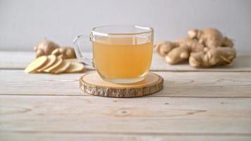 copo de suco de gengibre fresco e quente com raízes de gengibre video