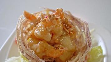 camarão frito com salada e cesta de taro frito coberto por creme de salada e maionese video