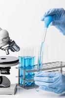 Vista frontal de sustancias químicas azules en el laboratorio. foto