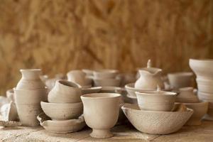 Vista frontal varios jarrones de cerámica concepto de alfarería foto