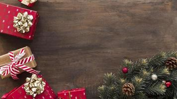 Cajas de regalo con ramas de abeto verde sobre mesa de madera foto