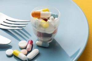 vaso de alta vista lleno de pastillas foto