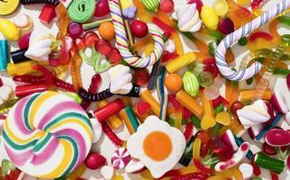 arreglo de caramelos de diferentes colores foto