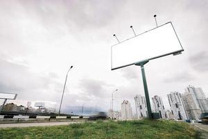 Cartelera en la entrada de la ciudad en un día nublado foto