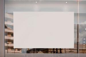 vidrio de cartelera blanca en blanco foto