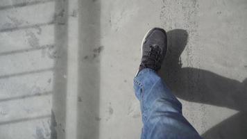 andando no chão de concreto. ponto de vista de primeira pessoa. video