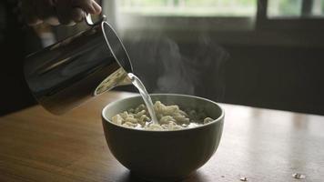 Fügen Sie heißes Wasser zu Instant-Nudeln hinzu