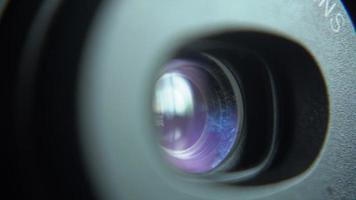 Lente de cámara compacta acercándose y alejándose video