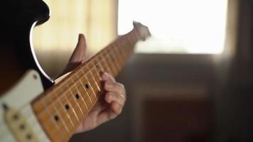 músico tocando solo em uma guitarra elétrica
