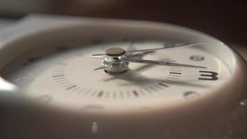 primer plano del reloj analógico video