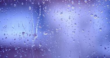 a chuva caindo em uma janela com gotas de umidade borrão video