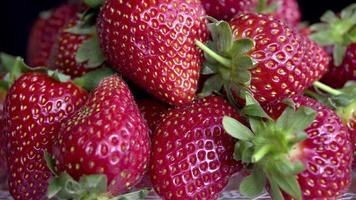Erdbeeren, die sich auf einer Nahaufnahme drehen