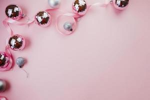 adornos brillantes sobre fondo rosa foto