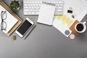 escritorio de negocios con elementos de oficina foto