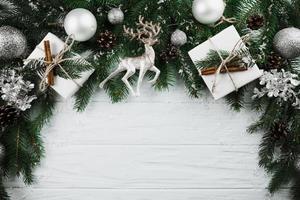 ramita de navidad con ciervos plateados presentes cajas foto