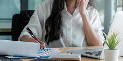 mujer trabajando en un escritorio foto