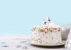 pastel de cumpleaños con chispitas foto