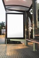 Maqueta blanca en blanco en la cartelera vertical de la parada de autobús foto