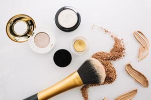 brocha de maquillaje y bases foto
