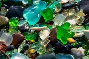 Close-up de coloridos cristales de mar sobre arena en Vladivostok, Rusia foto