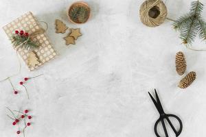 caja de regalo de navidad con mesa decorativa foto