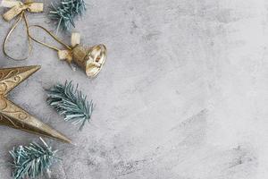 Composición navideña de pequeña campana metálica con ramas. foto