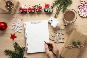 maqueta de lista de navidad sobre fondo de madera foto