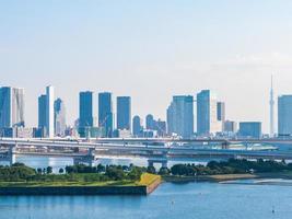 paisaje urbano con el puente del arco iris en la ciudad de tokio foto