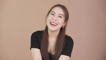 femme asiatique souriante sur fond uni video