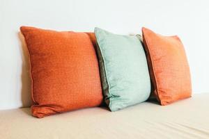 almohadas en el sofa foto
