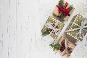 colección de cajas de regalo en envoltura navideña foto