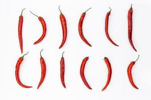 Composición de comida mexicana laicos plana con chiles sobre fondo blanco. foto