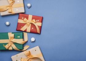 regalos coloridos con fondo de cinta azul foto