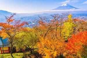hermoso paisaje del mt. fuji de la pagoda chureito foto