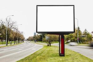 Vallas publicitarias en blanco al aire libre en el medio de la carretera. foto