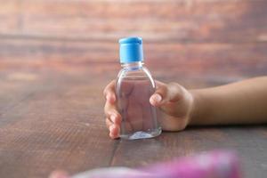 persona con desinfectante de manos foto