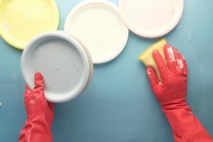 vista superior de la persona limpiando platos foto