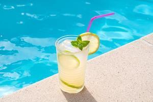 Limonada fresca o cóctel mojito en vaso con paja foto