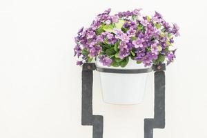 florero, en, pared blanca, plano de fondo foto