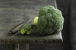 brócoli en la mesa de ángulo alto foto