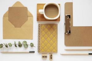 Papelería de materiales reciclados en el escritorio. foto