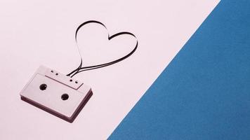 Cinta de cassette vintage sobre fondo rosa y azul foto