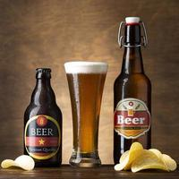 Composición con deliciosa cerveza y papas fritas. foto