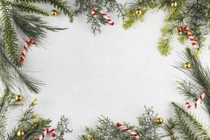 ramas de composición navideña con bastones de caramelo foto
