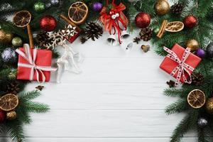 ramita de navidad con ciervos y cajas de regalo. foto